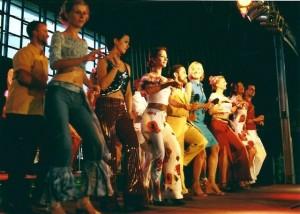 krok LA prezentują telewidzom tancerze formacji Salsa Ventura